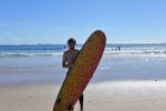 Surfen in Coolangatta vor der Skyline von Surfers Paradise