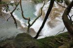 Blick in die Tiefen des Kuang Si Wasserfalls
