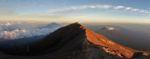 Schatten des Gunung Agung und Mt. Batur