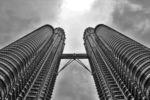 Wie zwei Raketen ragen die Petronas Tower gegen den Himmel